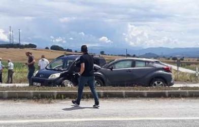 Çan Etili sapağında meydana gelen kazada iki araç çarpıştı.